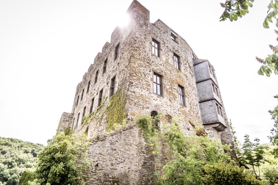 Hochzeitsreportage-Burg-Pyrmont-roes-standesamtliche-kirchliche-Trauung-Hochzeitsfotograf